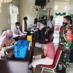 Babinsa Fakfak Lakukan Pengamanan Vaksinasi di Kelurahan Wagom Utara